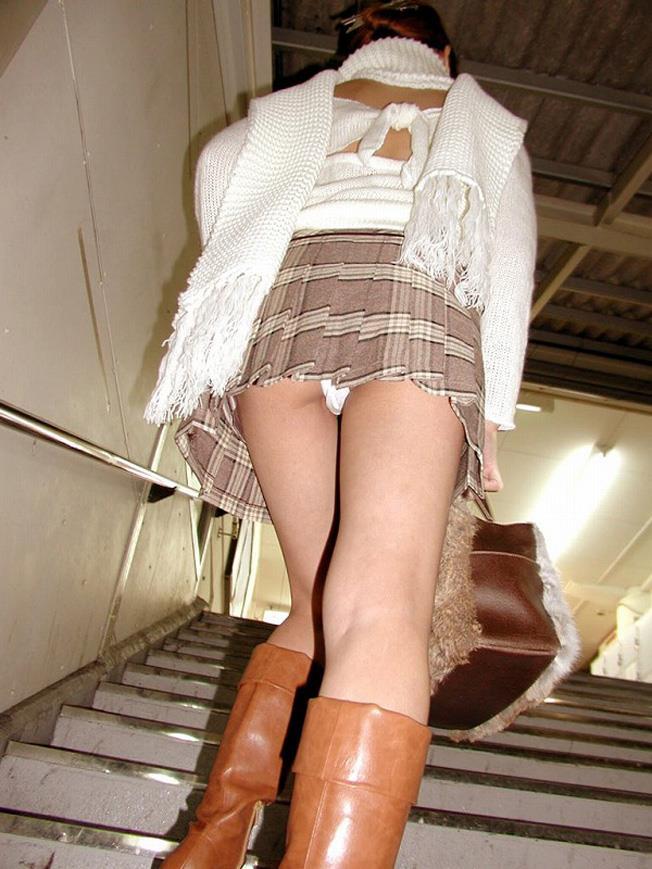 【ローアングルエロ画像】低い視線から女の子のスカートの中身を盗撮した結果w 26