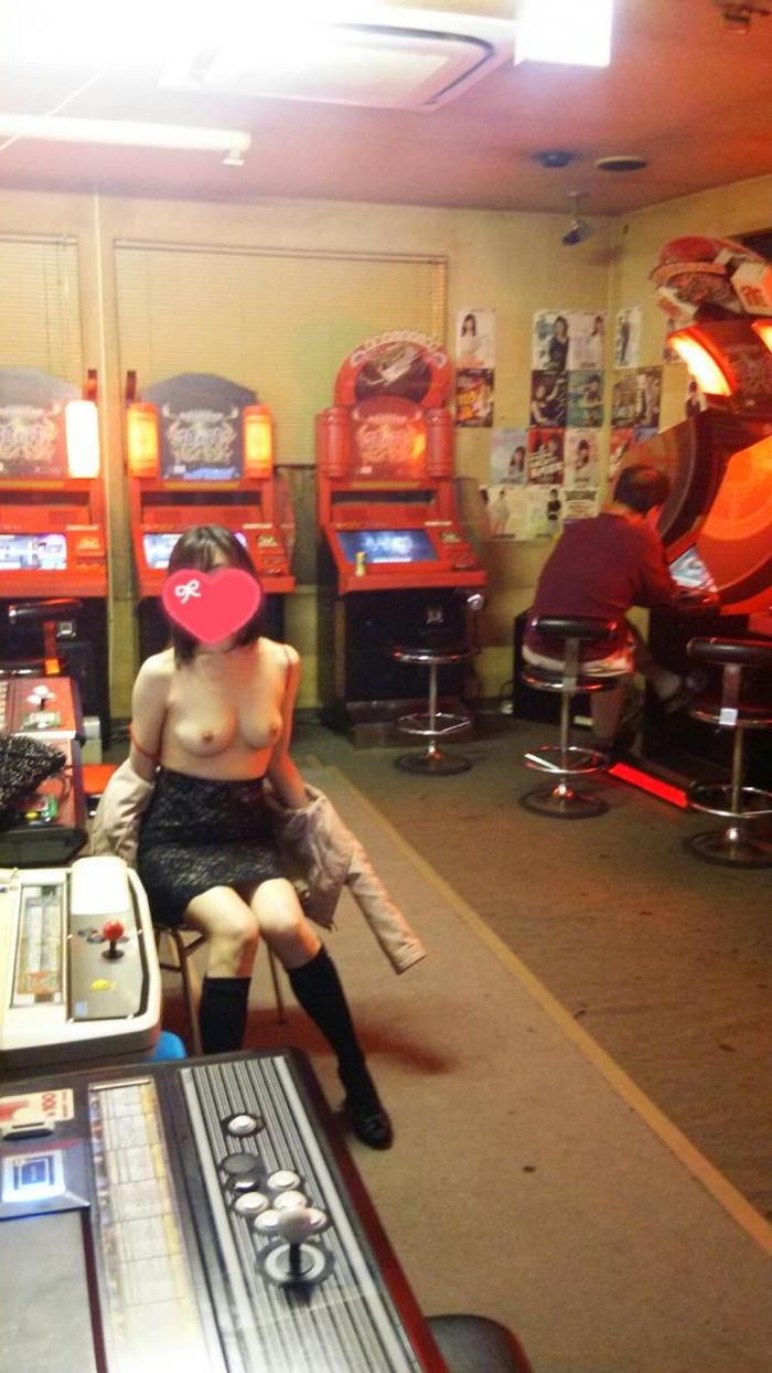 【店内露出エロ画像】正気とは思えない過激素人!営業中の店内で露出プレイ! 02