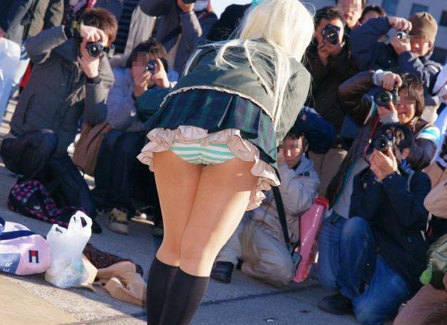 【コミケパンチラエロ画像】コミケでパンチラしている素人娘!縞パン率高くて草www 25