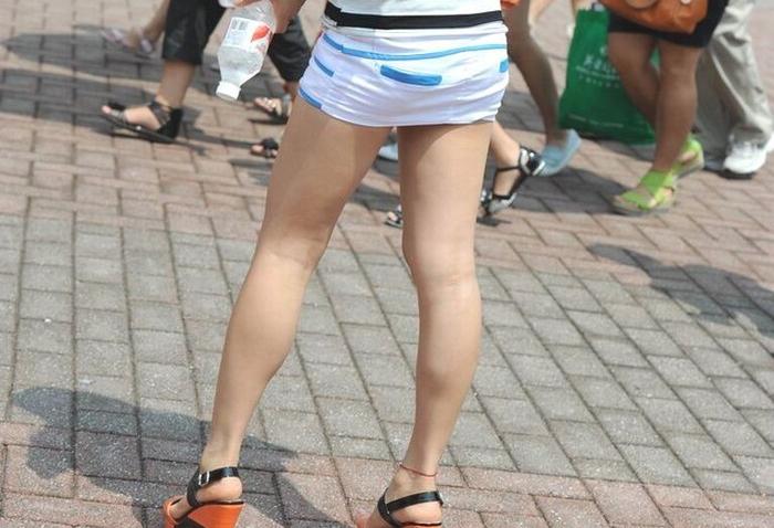 【美脚エロ画像】街中で目を引く美脚の女の子の画像集めたったwww
