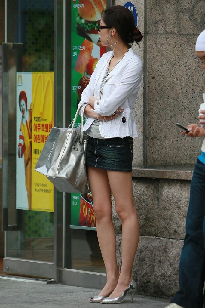 【美脚エロ画像】街中で目を引く美脚の女の子の画像集めたったwww 10