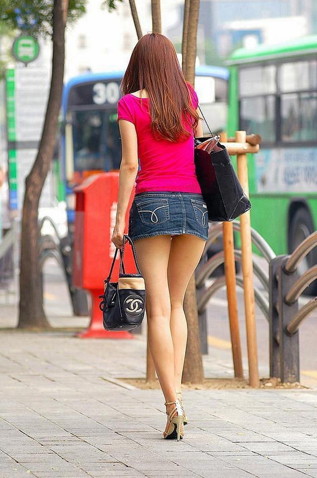 【美脚エロ画像】街中で目を引く美脚の女の子の画像集めたったwww 21