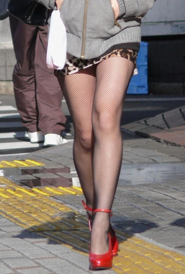 【美脚エロ画像】街中で目を引く美脚の女の子の画像集めたったwww 23
