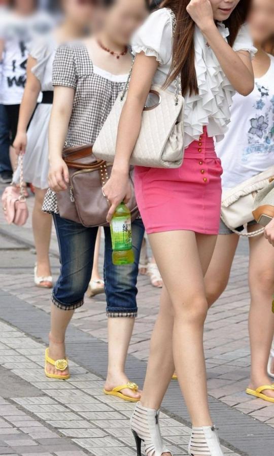 【美脚エロ画像】街中で目を引く美脚の女の子の画像集めたったwww 26