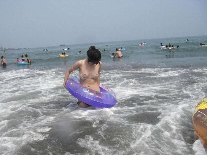 【水着事故エロ画像】水着の女の子たちがエロい事故に陥ったってマジ!? 06