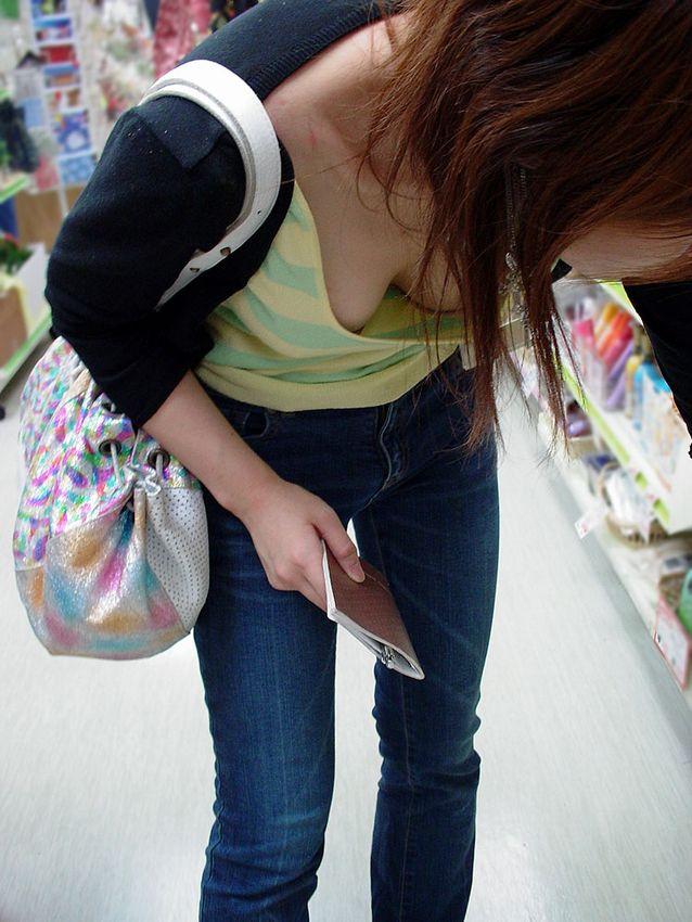 【胸チラエロ画像】油断大敵!?ふと緩んだ胸元から見える女性の象徴たるアレww 11