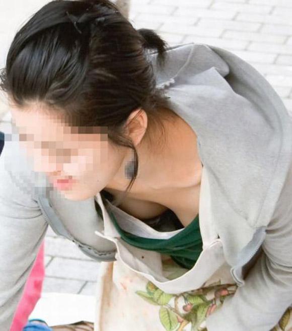 【胸チラエロ画像】油断大敵!?ふと緩んだ胸元から見える女性の象徴たるアレww 15