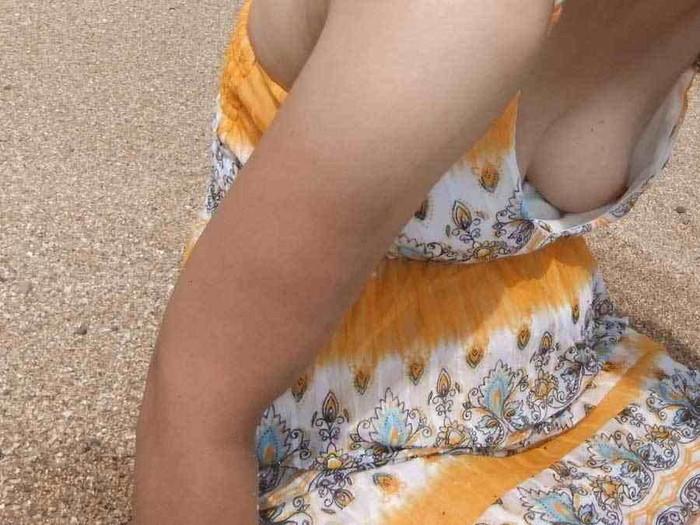 【胸チラエロ画像】油断大敵!?ふと緩んだ胸元から見える女性の象徴たるアレww 18