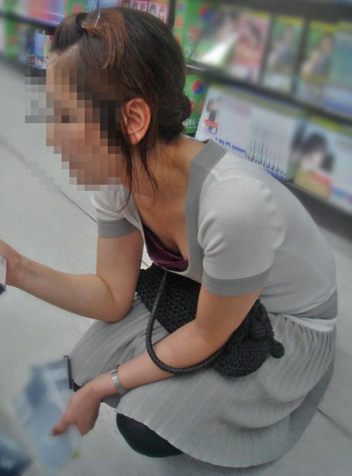 【胸チラエロ画像】油断大敵!?ふと緩んだ胸元から見える女性の象徴たるアレww 21