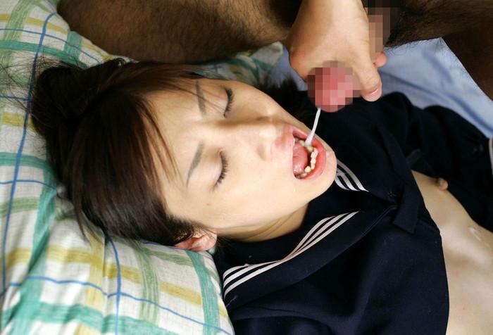 【口内発射エロ画像】女の子の口内へそのままザーメンを注ぎこんだ結果w 08