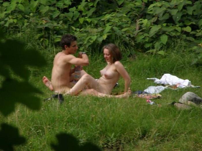 【海外青姦エロ画像】野外で開放的なセックスを楽しむ海外まんさんエロ杉ワロタww 22