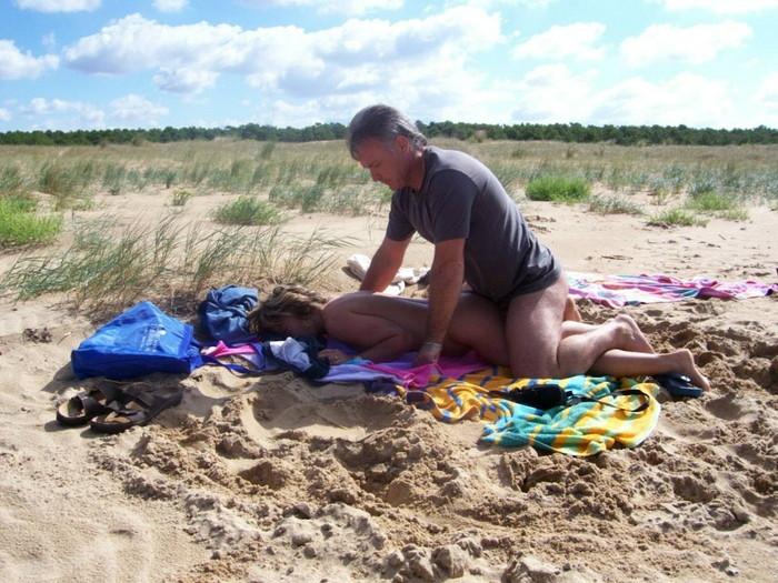 【海外青姦エロ画像】野外で開放的なセックスを楽しむ海外まんさんエロ杉ワロタww 28