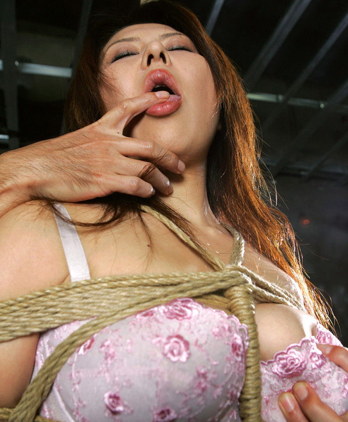 【SM緊縛エロ画像】自由を奪われた女って男のイタズラ心を刺激するよな!? 06