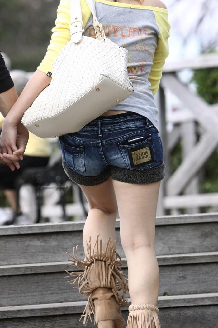【ホットパンツエロ画像】街中で見たら二度見必至!?ホットパンツの女の子! 21