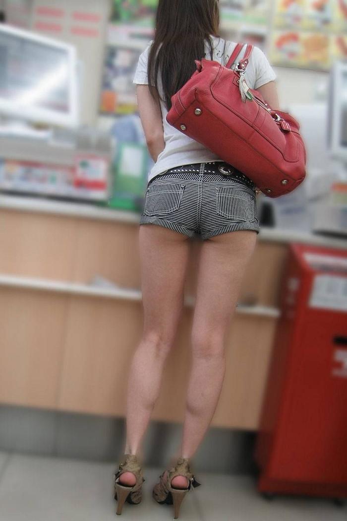 【ホットパンツエロ画像】街中で見たら二度見必至!?ホットパンツの女の子! 24
