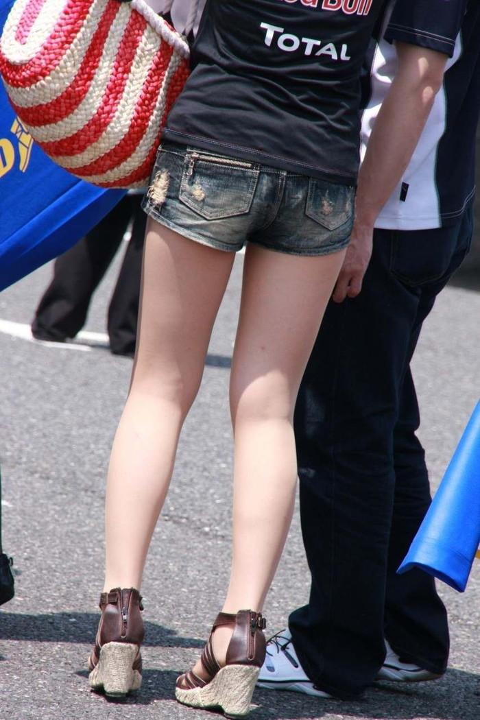 【ホットパンツエロ画像】街中で見たら二度見必至!?ホットパンツの女の子! 25