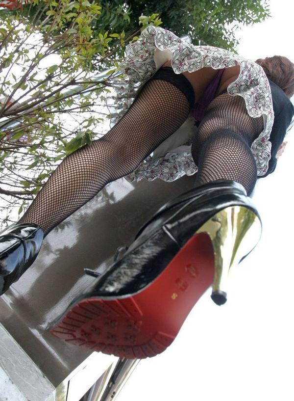 【ローアングルエロ画像】ローアングルから狙ったパンチラ!絶景かな、絶景かなwww 17
