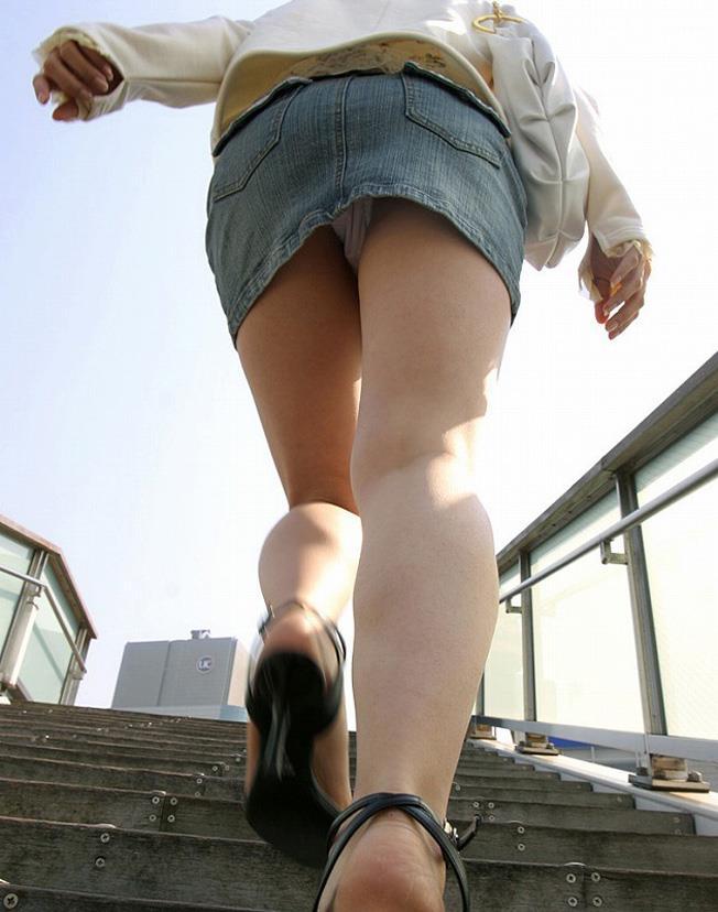 【ローアングルエロ画像】ローアングルから狙ったパンチラ!絶景かな、絶景かなwww 25