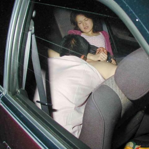 【カーセックスエロ画像】カーセックス中に盗撮されたカップルたちの末路がこちらw 04
