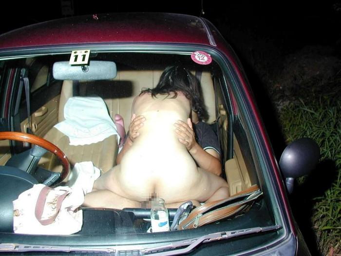 【カーセックスエロ画像】カーセックス中に盗撮されたカップルたちの末路がこちらw 19