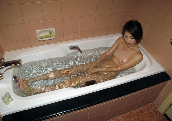 【入浴エロ画像】女の子が全裸で入浴している姿にフル勃起不可避! 20