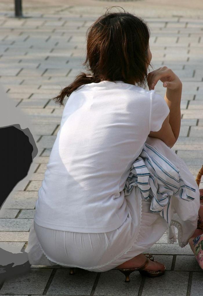 【透けパンエロ画像】街中で本人も良そうだにしなかったハプニング!パンツが丸見えw 08