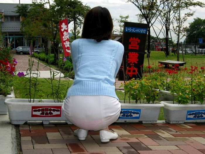 【透けパンエロ画像】街中で本人も良そうだにしなかったハプニング!パンツが丸見えw 17