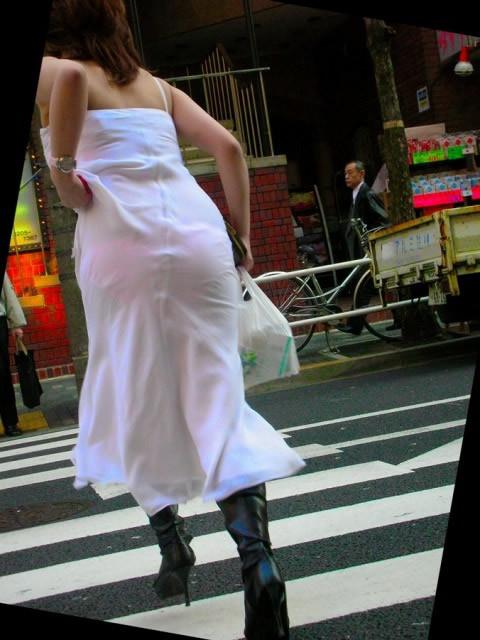 【透けパンエロ画像】街中で本人も良そうだにしなかったハプニング!パンツが丸見えw 21