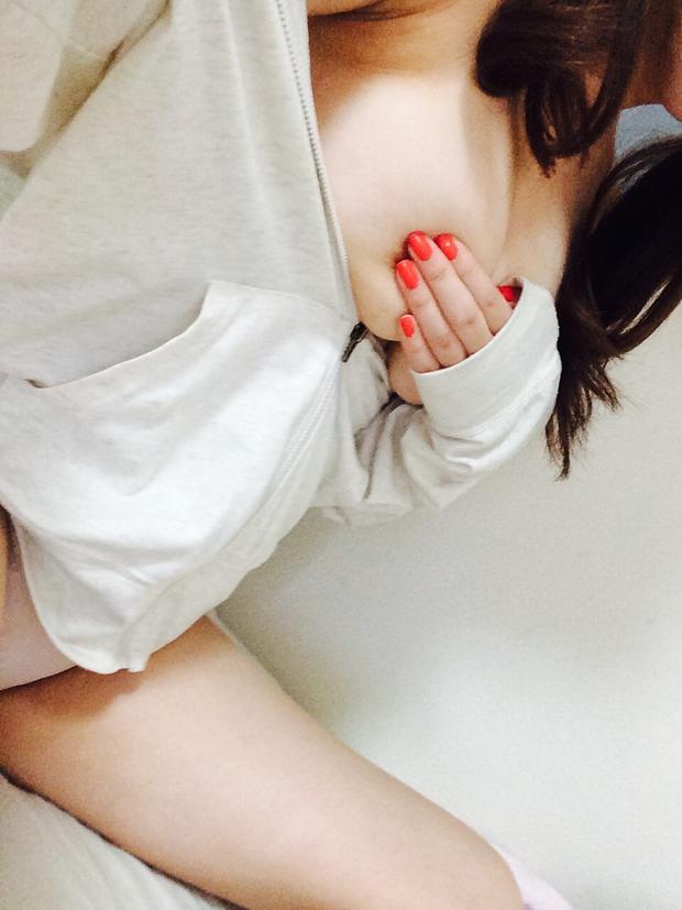 【自撮りエロ画像】自分の恥ずかしい写真を自撮りする素人娘エロすぎだろw 22