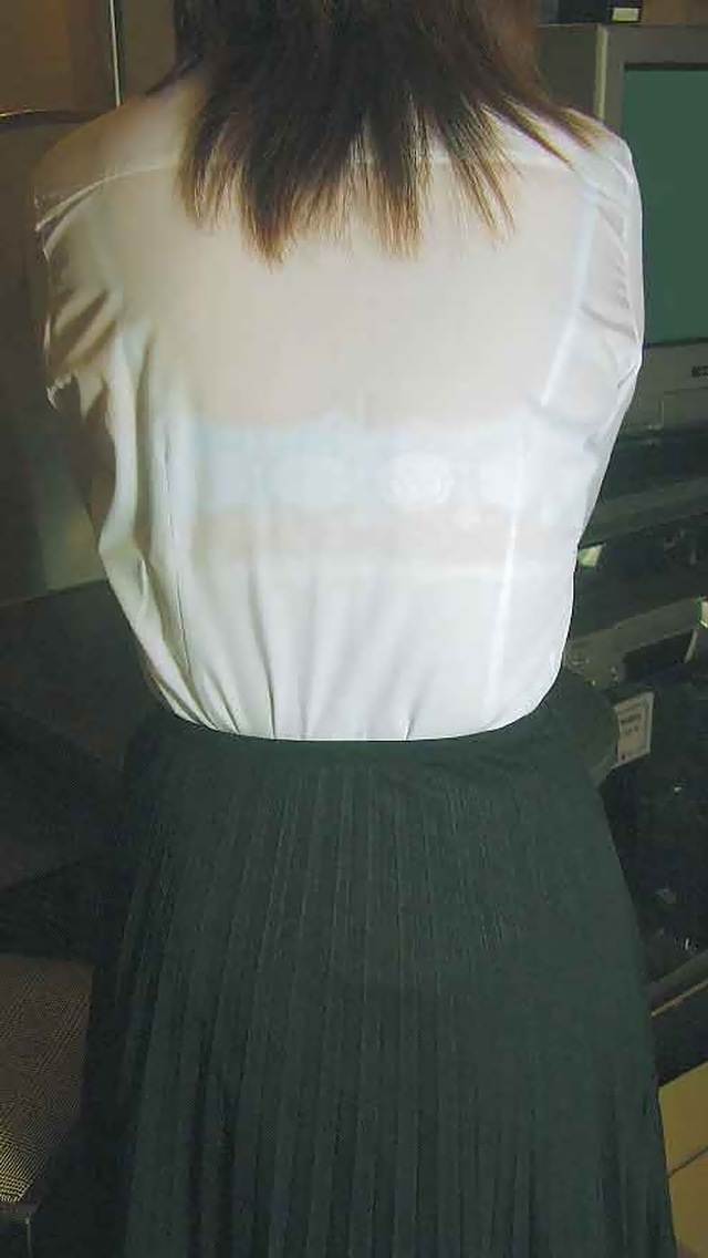 【着衣透けエロ画像】着衣が透けて下着が見えてしまってる素人娘たち! 13