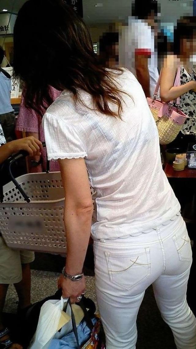 【着衣透けエロ画像】着衣が透けて下着が見えてしまってる素人娘たち! 16