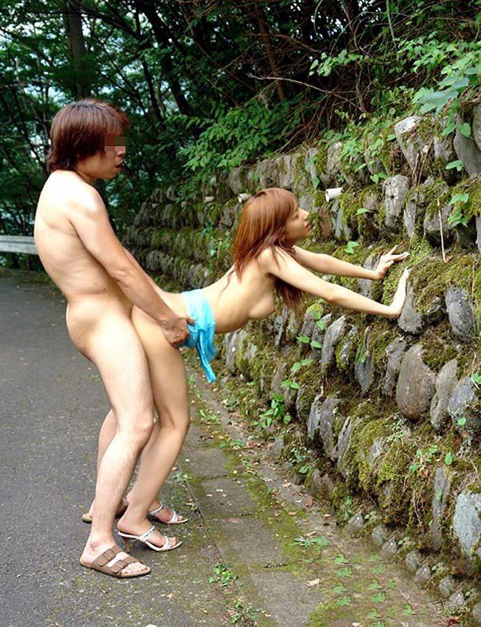 【青姦エロ画像】野外でセックス!開放的なセックスがグゥシコだな!www 09