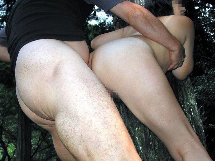 【青姦エロ画像】野外でセックス!開放的なセックスがグゥシコだな!www 18