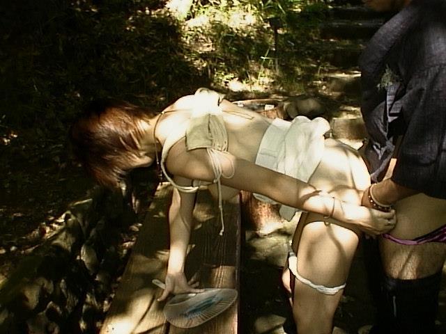 【青姦エロ画像】野外でセックス!開放的なセックスがグゥシコだな!www 22