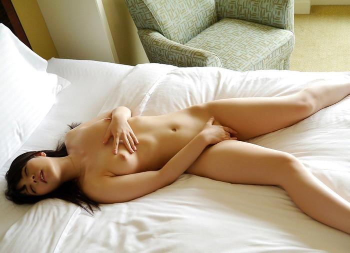 【指オナニーエロ画像】自らの股間を自らの指で愛撫する女、生々しすぎwww 03