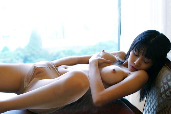 【指オナニーエロ画像】自らの股間を自らの指で愛撫する女、生々しすぎwww 13