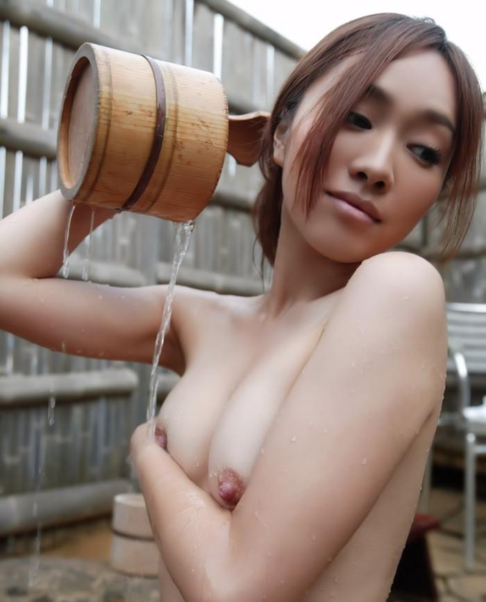 【温泉エロ画像】女の子が堂々と裸になる場所!温泉で入浴中の女の子! 04