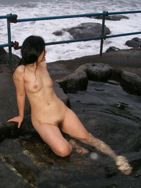 【温泉エロ画像】女の子が堂々と裸になる場所!温泉で入浴中の女の子! 12