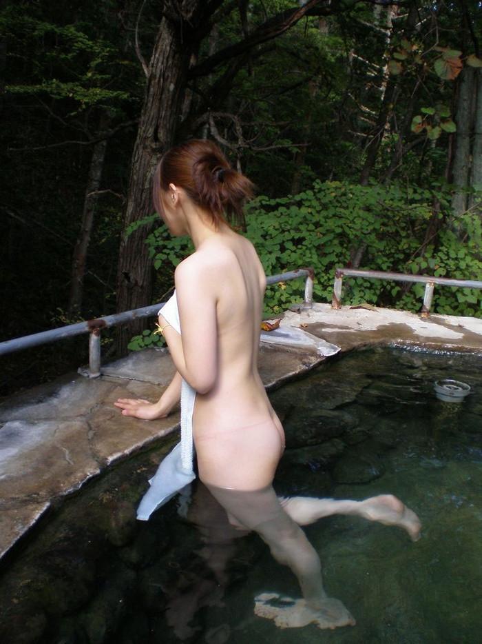 【温泉エロ画像】女の子が堂々と裸になる場所!温泉で入浴中の女の子! 18