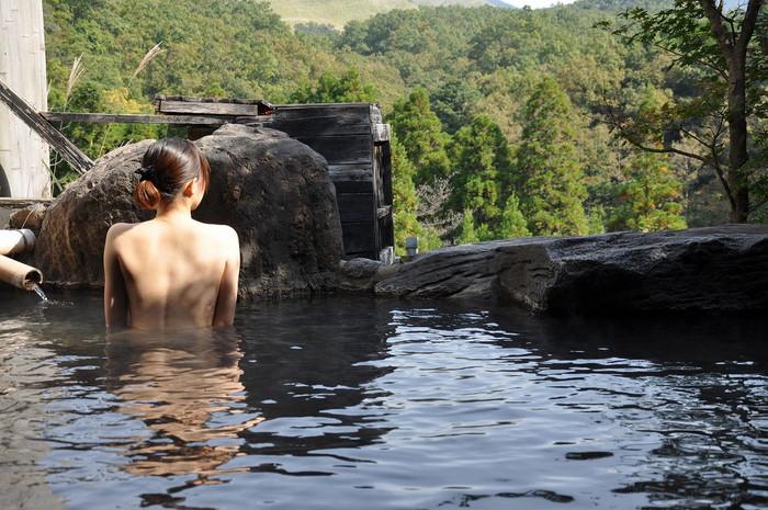 【温泉エロ画像】女の子が堂々と裸になる場所!温泉で入浴中の女の子! 19