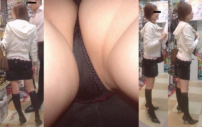 【逆さ撮りエロ画像】パンチラ不可避な角度から女の子のスカートの中身狙った結果! 08