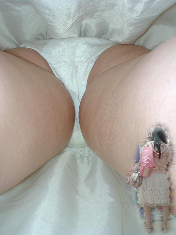 【逆さ撮りエロ画像】パンチラ不可避な角度から女の子のスカートの中身狙った結果! 16