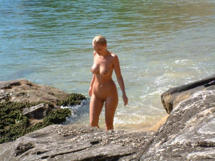 【ヌーディストビーチエロ画像】辺りには裸の女の子だらけ!?素晴らしすぎる天国のようなビーチw 12