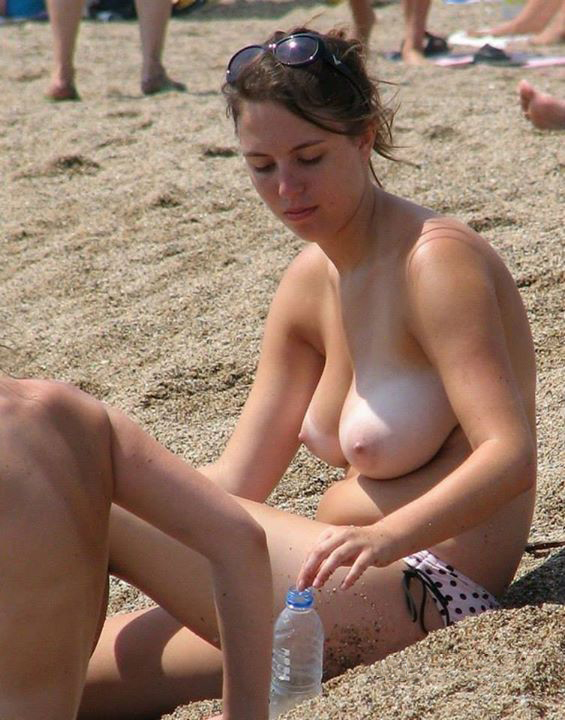 【ヌーディストビーチエロ画像】辺りには裸の女の子だらけ!?素晴らしすぎる天国のようなビーチw 13