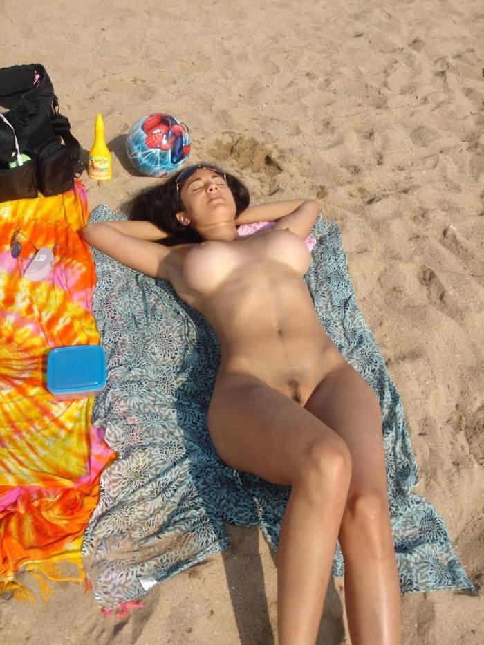 【ヌーディストビーチエロ画像】辺りには裸の女の子だらけ!?素晴らしすぎる天国のようなビーチw 24
