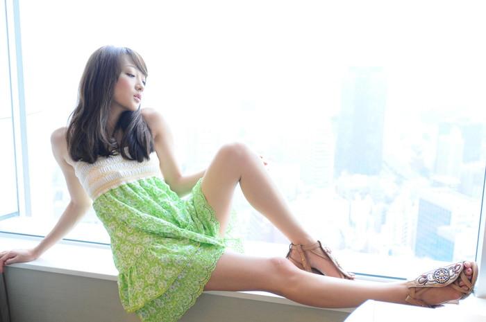 【美脚エロ画像】思わず見とれてしまうほどスラリと美しい美脚の女の子!