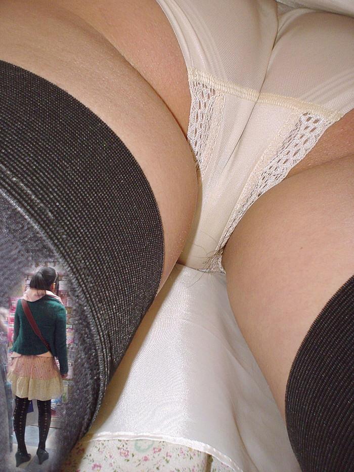 【逆さ撮りエロ画像】この角度、絶対パンチラ不可避!匠の技で狙われたパンチラ! 07