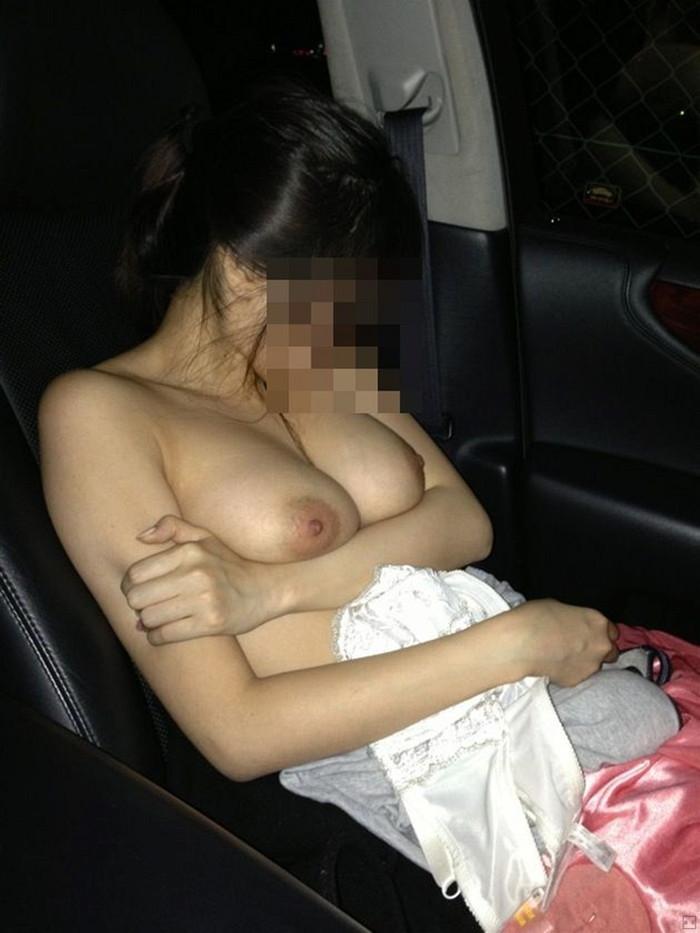 【車内露出エロ画像】野外は無理だけど車内でならOK!な女の子たちの画像集めたったw 10