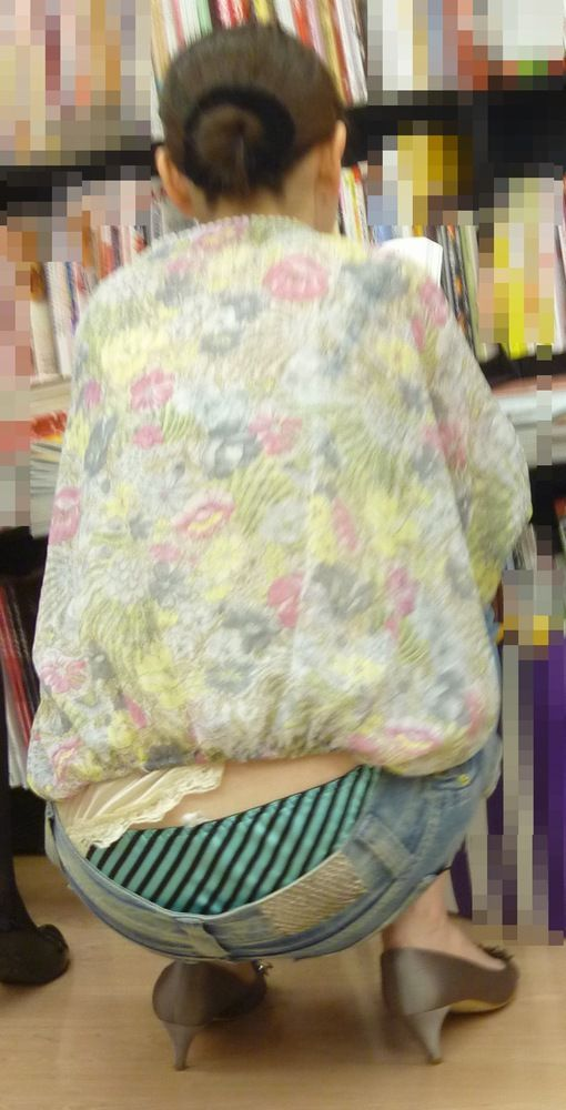 【ローライズエロ画像】パンチラ放題!?見せすぎ注意なローライズファッション! 17