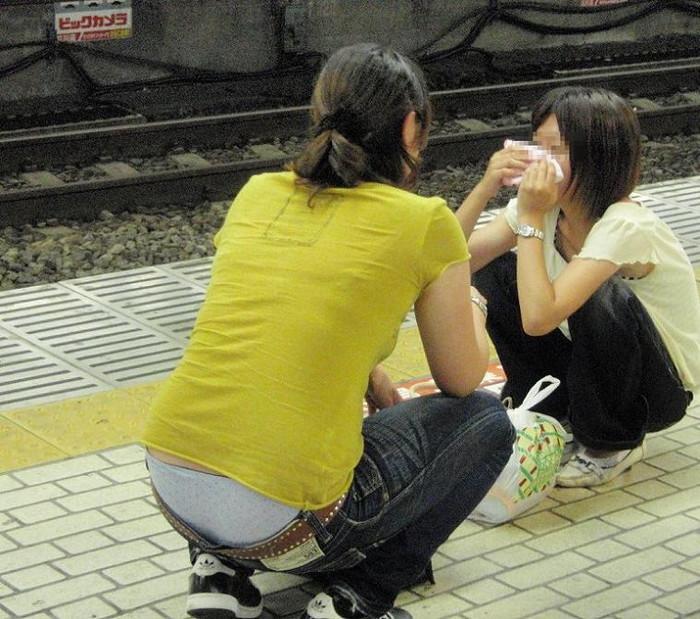 【ローライズエロ画像】パンチラ放題!?見せすぎ注意なローライズファッション! 20